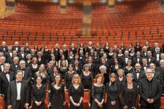 KölnChor steht mit Wolfgang Siegenbrink und Orchester auf der Bühne der Kölner Philharmonie