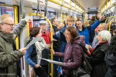 Sänger*innen des KölnChors singen in der Kölner Straßenbahn