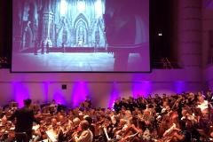 KölnChor steht mit Orchester auf der Bühne des Konzerthaus Dortmund unter Final Fantasy Screen