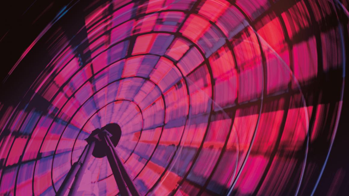 Pink-violettes Riesenrad in Bewegung