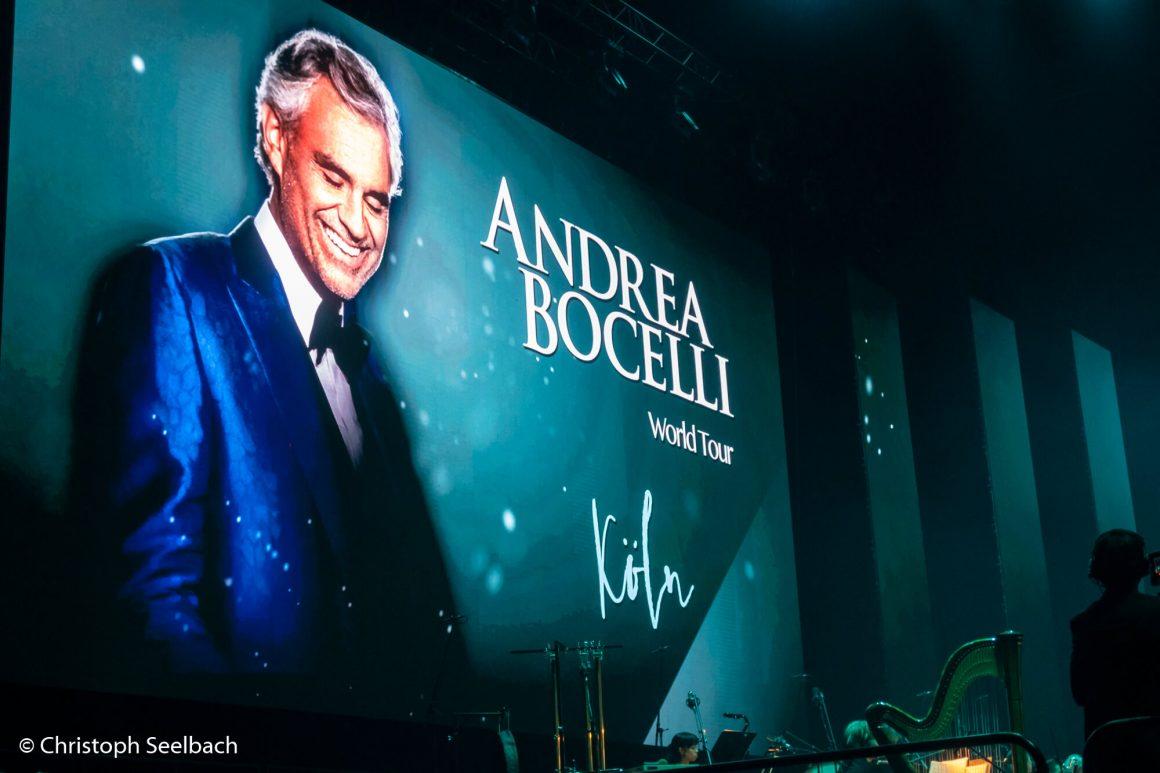 """Beamer-Screen mit Foto von Andrea Bocelli und Titel """"Andrea Bocelli World Tour"""""""