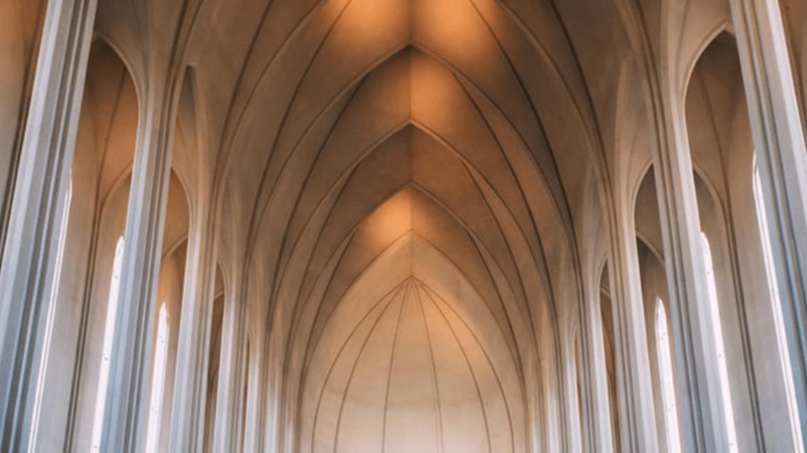 Angestrahltes Kirchengewölbe in heller, schlichter Kirche