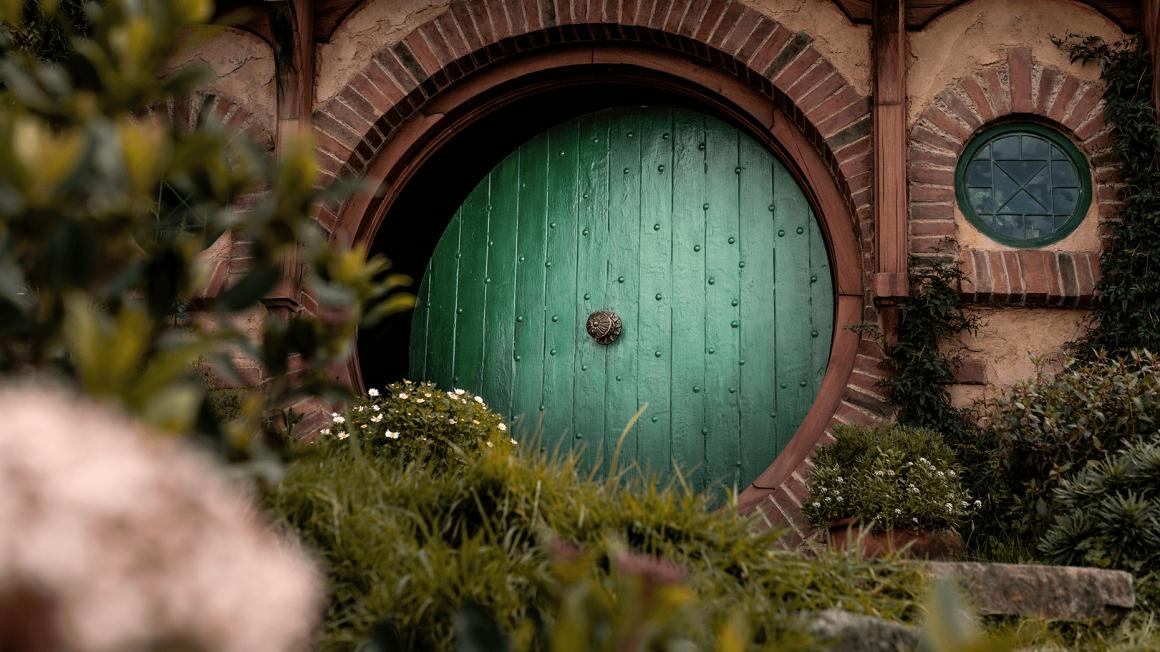 Grüne runde Tür eines Hobbit-Hauses