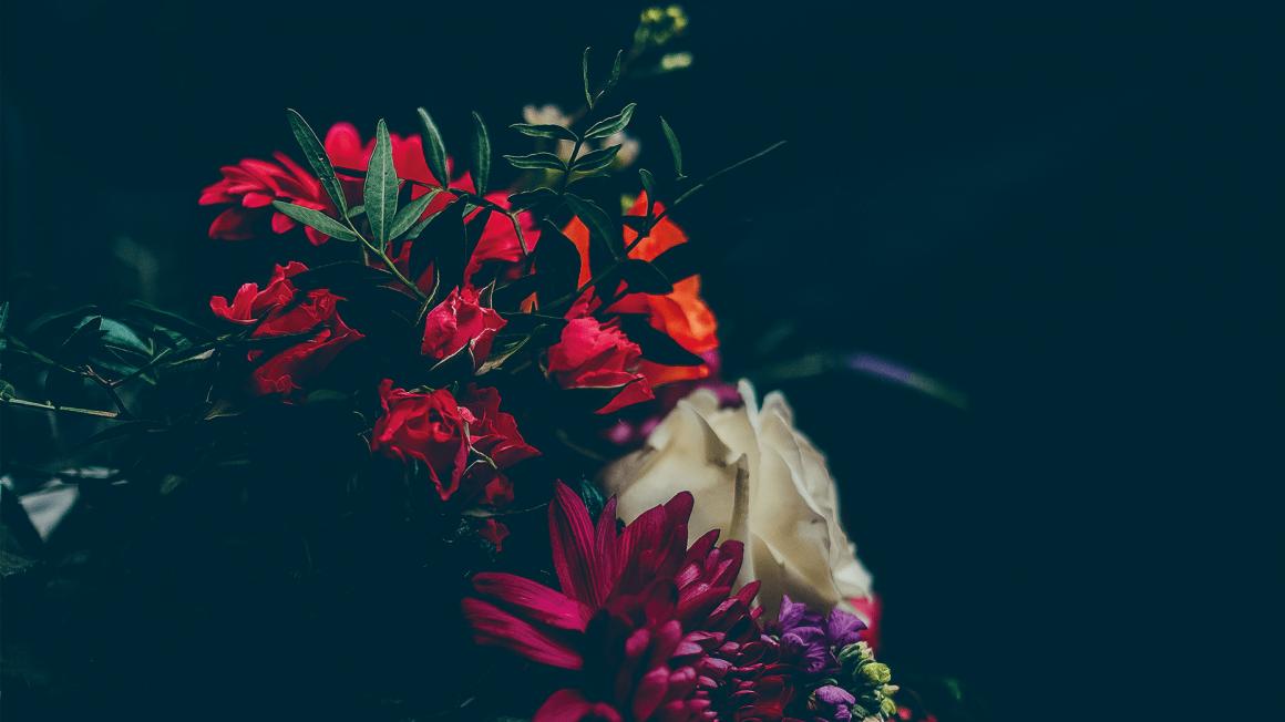 Dunkles Foto eines bunten Blumenstraußes im Stil holländischer Meister