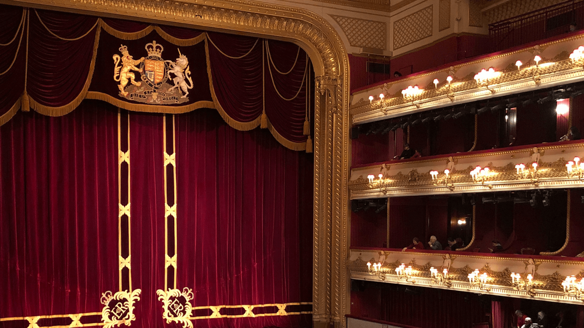 Rot-goldener Saal einer Oper