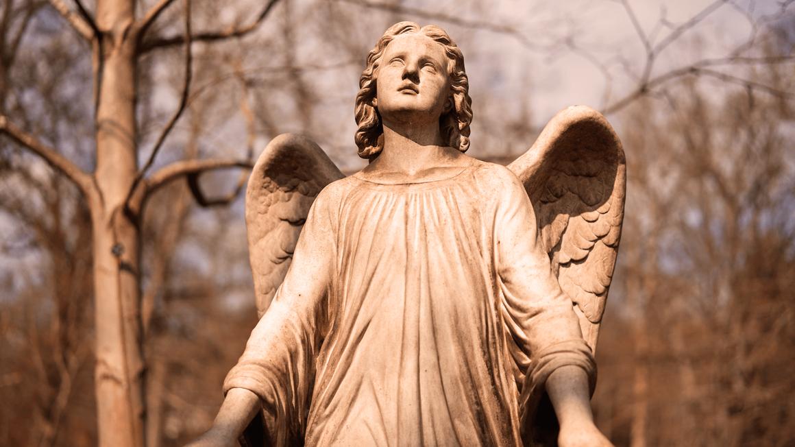 Engelstatue auf historischem Friedhof