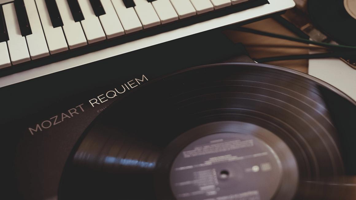 """Schallplatte mit Titel """"Mozart Requiem"""" vor Klaviertastatur"""