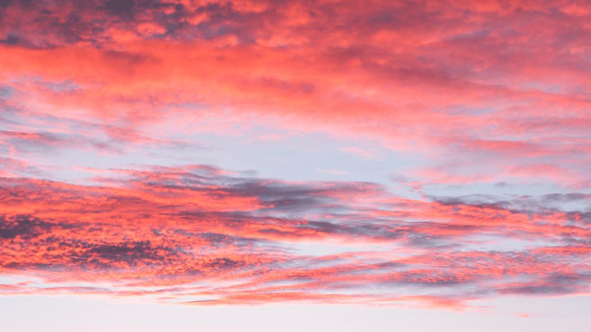 Sonnenuntergang mit rosa Wolken