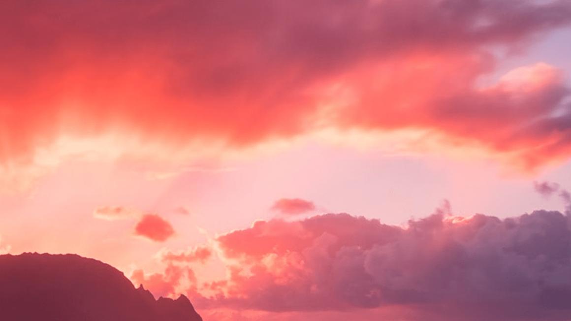 Himmel mit Wolken und Sonnenuntergang