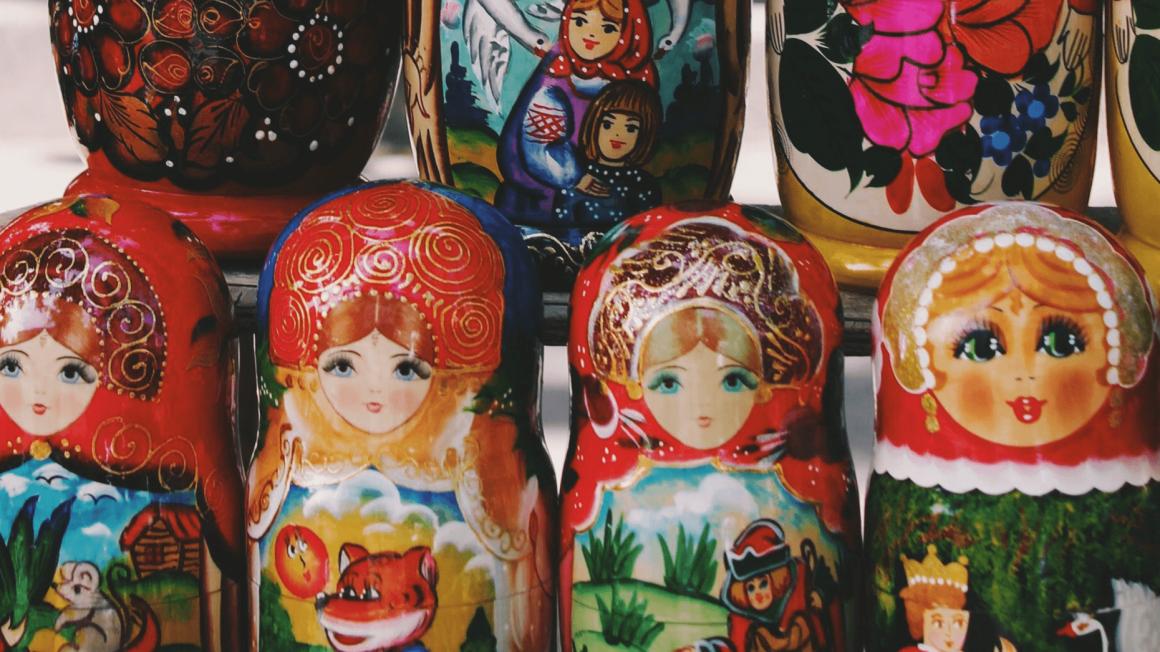 Bunte russische Holzpuppen in Reihen