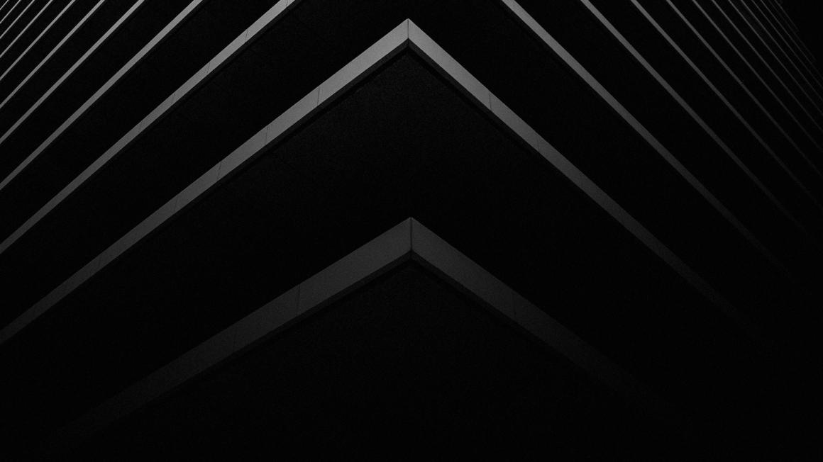 Abstrakte graue perspektivische Streifen vor schwarzem Hintergrund